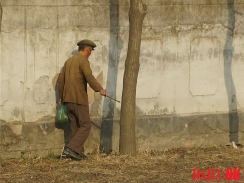 North Korean resident in South Pyongan Province picks up cigarette butts