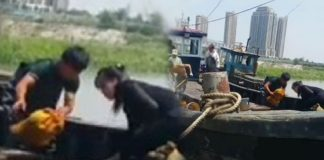 North Korean smugglers unloading goods in Dandong