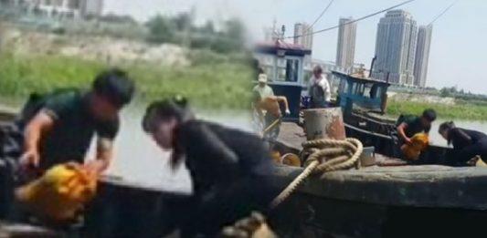 North Korean smugglers unloading goods in Dandong