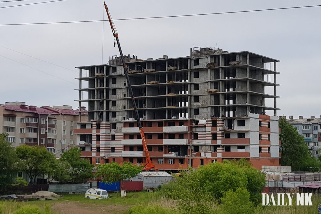 A large number of laborers are working in this building, under construction in Ussuriysk, Russia. Image = Daily NK source