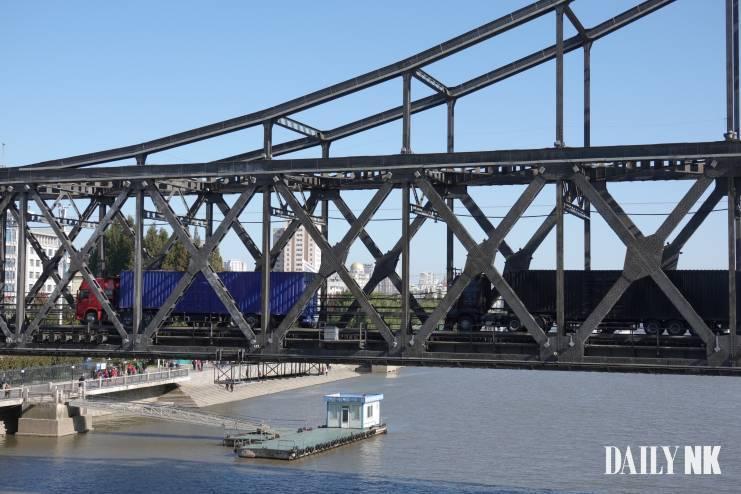 Cho Jung-woo's Bridge _ North Korean Truck
